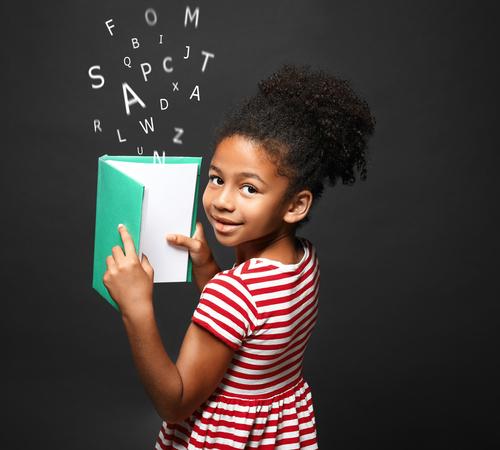 Menina lendo um livro do qual saem muitas letras voando. texto em destaque: troca de letras nas leitura.